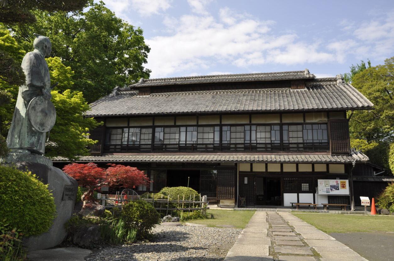 旧渋沢邸「中の家」(銅像あり)外観(渋沢栄一記念館所蔵)